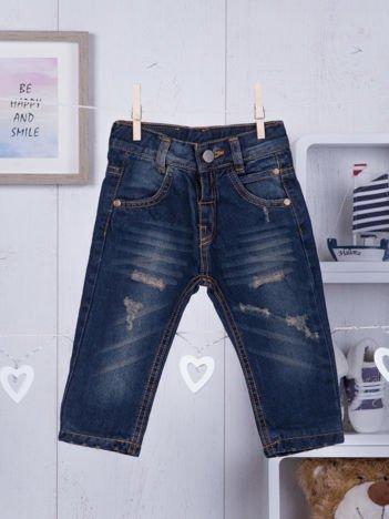 Granatowe niemowlęce jeansy z przetarciami dla chłopca