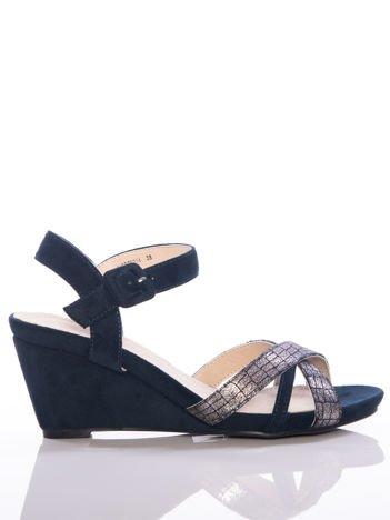 Granatowe sandały Evento na koturnach z ozdobnymi srebrnymi paskami na przodzie