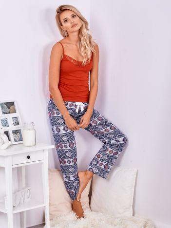 Granatowe spodnie do spania we wzory