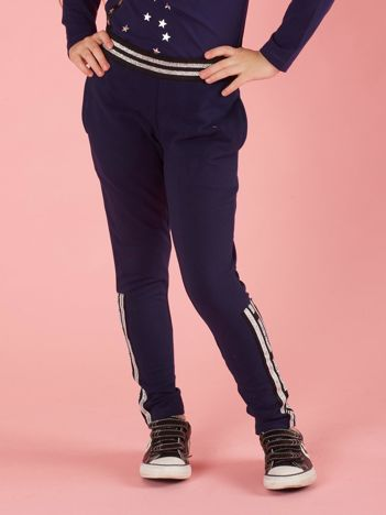 Granatowe spodnie dresowe dziecięce z aplikacjami