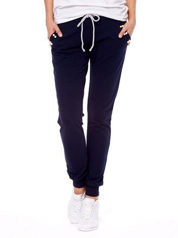 Granatowe spodnie dresowe z troczkami i perełkami