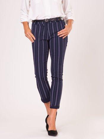 Granatowe spodnie o prostym kroju w paski