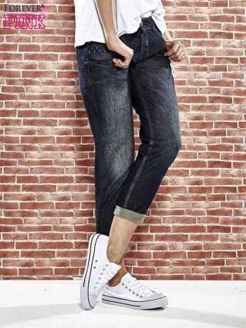 Granatowe spodnie regular jeans z tłoczeniem przy kieszeniach