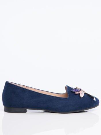 Granatowe zamszowe lordsy na niskim klocku z ozdobną naszywaną ważką z przodu buta