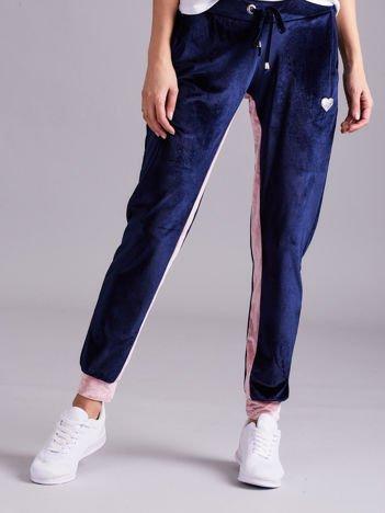 Granatowo-różowe welurowe spodnie dresowe
