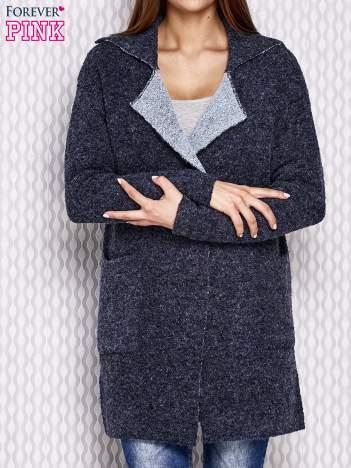 Granatowy długi sweter z surowym wykończeniem