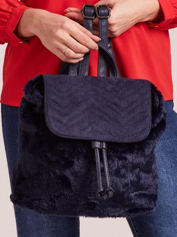 Granatowy futrzany plecak