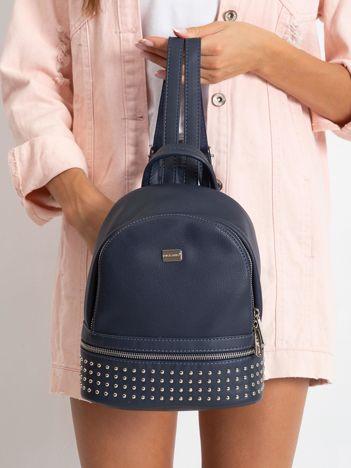 Granatowy plecak z ćwiekami