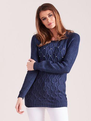 Granatowy sweter w warkocze z perełkami