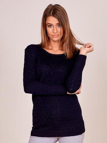 Granatowy sweter z drobnymi wypukłymi splotami