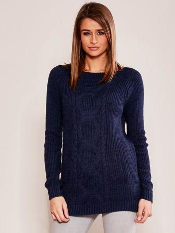 Granatowy sweter z warkoczem