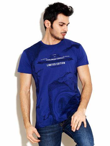 Granatowy t-shirt męski z abstrakcyjnym nadrukiem