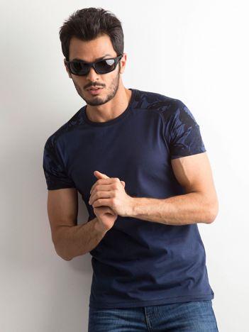 Granatowy t-shirt męski z nadrukiem na rękawach