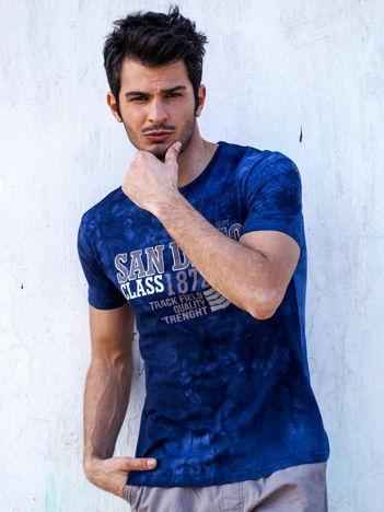 Granatowy t-shirt męski z tekstowym printem