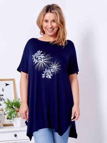 Granatowy t-shirt z roślinnym printem PLUS SIZE
