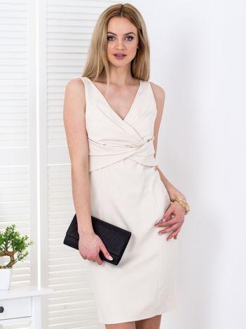 Jasnobeżowa sukienka z drapowaniami przy dekolcie
