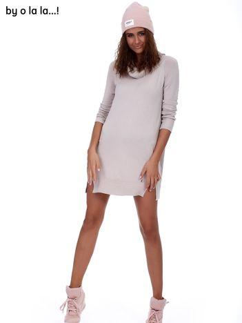 Jasnobeżowa swetrowa sukienka z miękkim golfem BY O LA LA