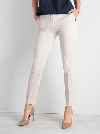 Jasnobeżowe spodnie damskie o prostym kroju
