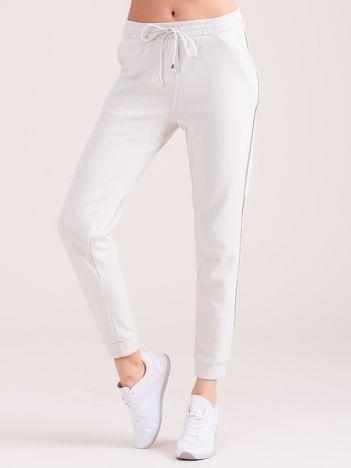 Jasnobeżowe spodnie dresowe z kieszeniami