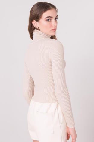 Jasnobeżowy dopasowany sweter z golfem w prążek BSL