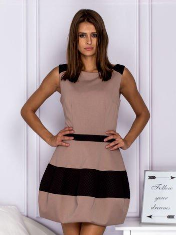 Jasnobrązowa sukienka koktajlowa z pikowanymi wstawkami