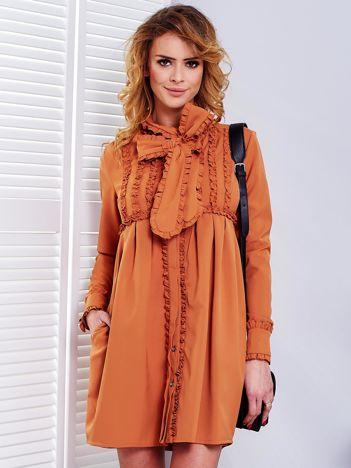 Jasnobrązowa sukienka z wiązanym dekoltem i falbankami