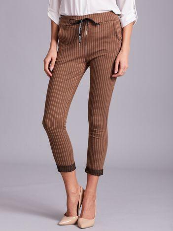 Jasnobrązowe damskie spodnie w paski