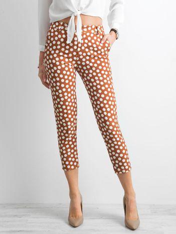 Jasnobrązowe spodnie w grochy