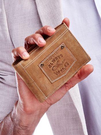 Jasnobrązowy portfel męski z naszywką