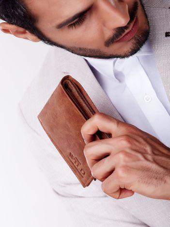 Jasnobrązowy skórzany portfel męski z przetarciami