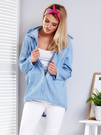 Jasnoniebieska bluza z kapturem i napisem na plecach