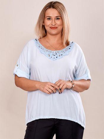 Jasnoniebieska bluzka oversize z koronkową wstawką i perełkami PLUS SIZE