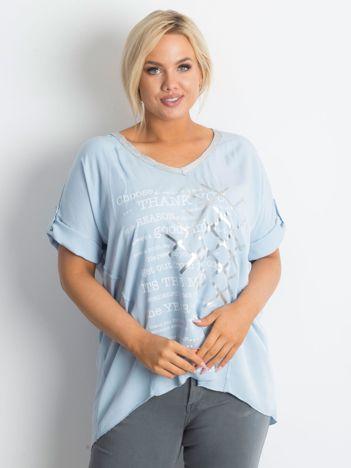 Jasnoniebieska bluzka plus size z nadrukiem