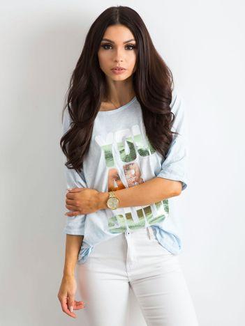Jasnoniebieska bluzka z kolorowym napisem