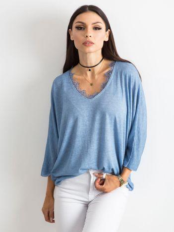 Jasnoniebieska bluzka z koronką przy dekolcie