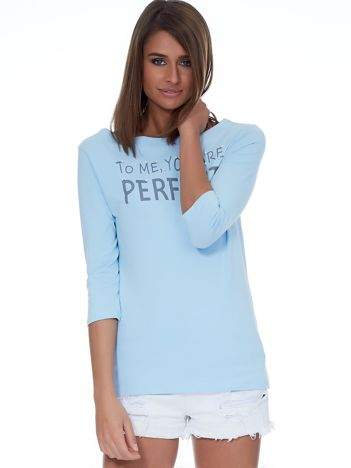 Jasnoniebieska bluzka z napisem i perełkami