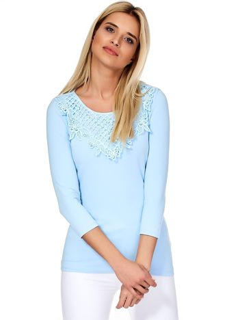 Jasnoniebieska bluzka z ozdobnym dekoltem i perełkami