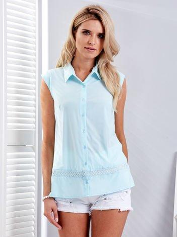 Jasnoniebieska koszula z ażurową wstawką