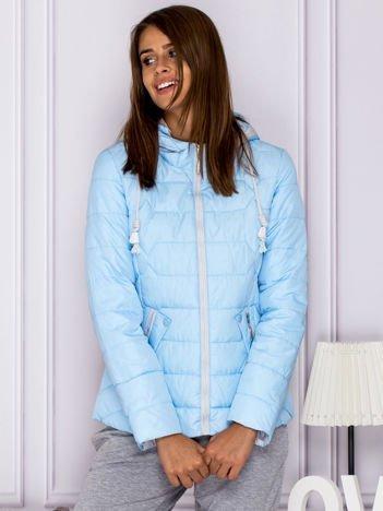 Jasnoniebieska pikowana kurtka przejściowa z ozdobnymi suwakami