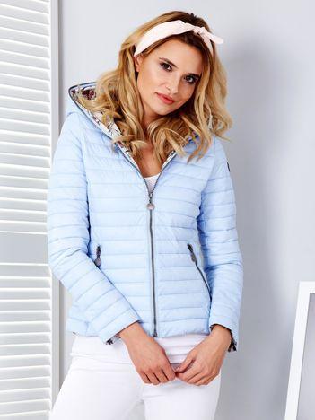 Jasnoniebieska pikowana kurtka z kapturem