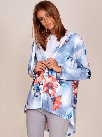 Jasnoniebieska rozpinana bluza w kwiaty z dłuższym tyłem i kapturem