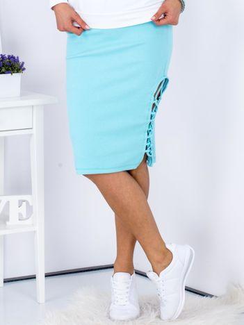 Jasnoniebieska spódnica w delikatny prążek z bocznym sznurowaniem