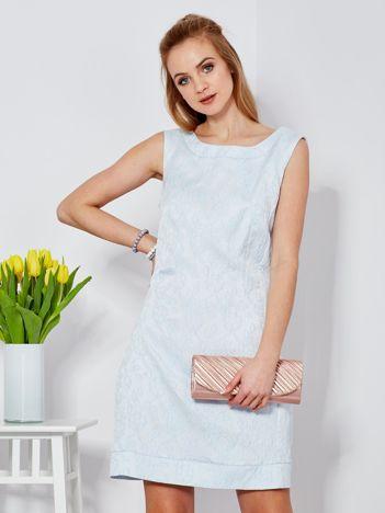 Jasnoniebieska sukienka tuba w kwiatowy deseń