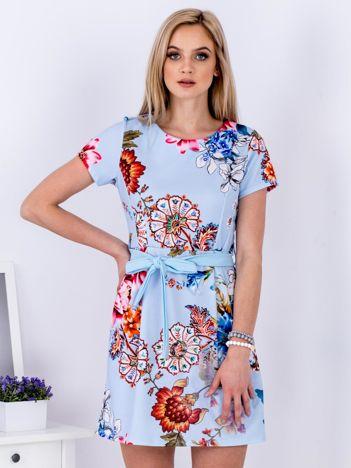 Jasnoniebieska sukienka w kwiaty z wiązaniem