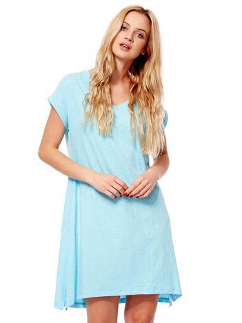 Jasnoniebieska sukienka z podwijanymi rękawami
