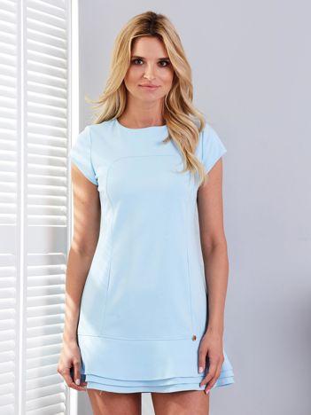 Jasnoniebieska sukienka z przeszyciami i warstwową falbaną