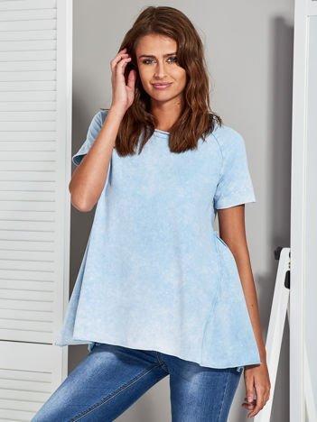 Jasnoniebieski dekatyzowany t-shirt z surowym wykończeniem
