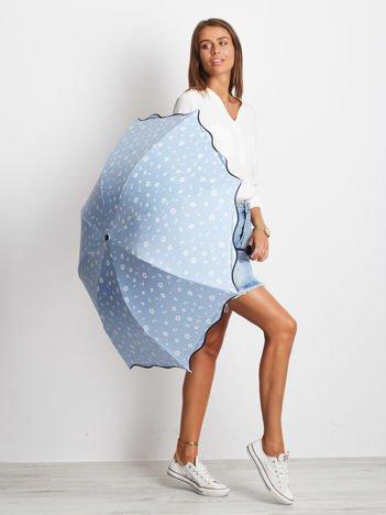 Jasnoniebieski mały parasol w kwiaty