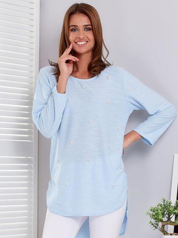 Jasnoniebieski sweter z perełkami