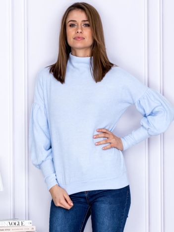 Jasnoniebieski sweter z szerokimi rękawami